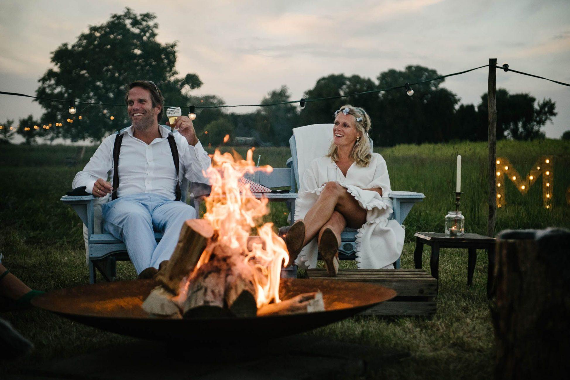 bruiloft bohemian stijl buiten vuurkorf