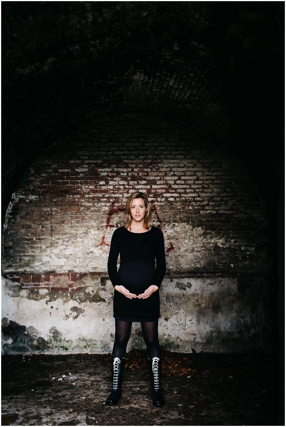 Stoere zwangerschapsfotografie fotograaf zwangerschap fotoshoot buiten