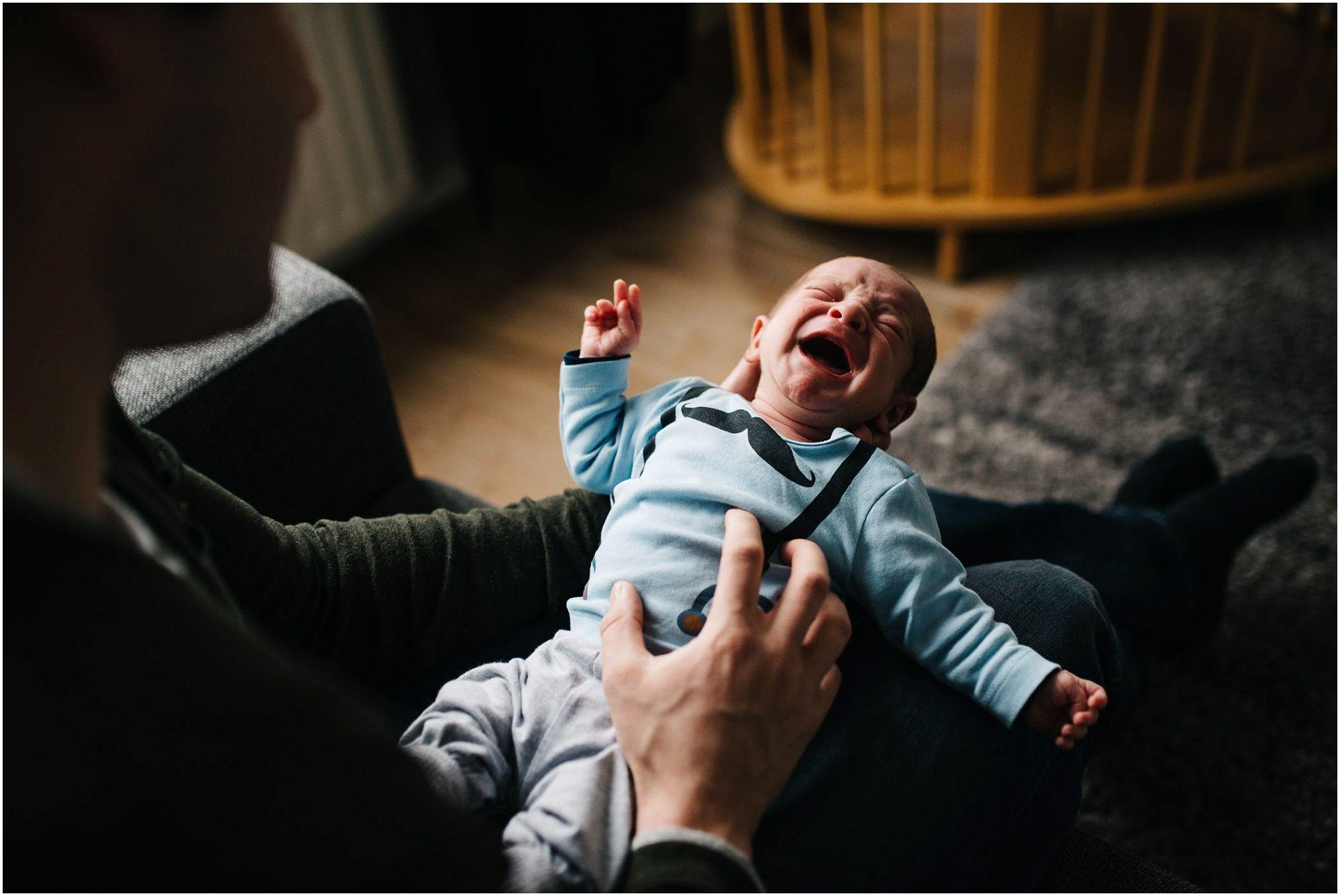 lifestyle newborn fotograaf Den Bosch Newbornshoot ongeposeerd aan huis
