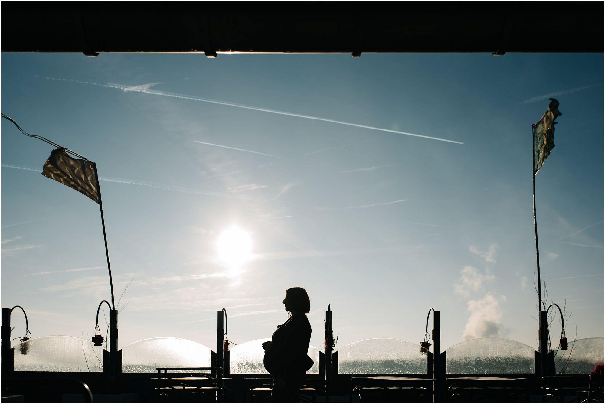 Stoere zwangerschapsfotografie Amsterdam fotograaf zwangerschap zwangerschapsfoto's buitenlocatie