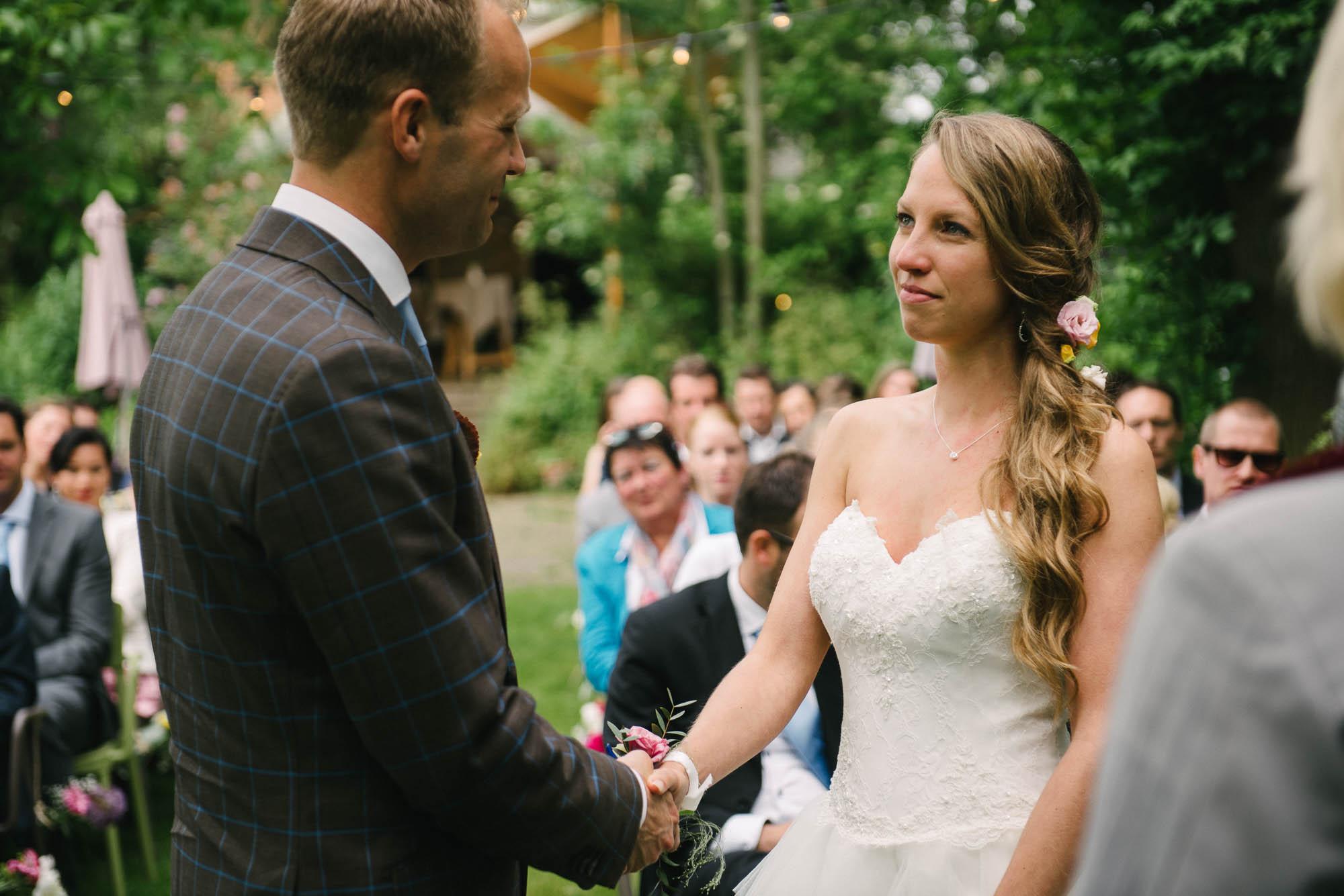 journalistieke bruidsfotografie Delft buitenbruiloft trouwlocatie buiten