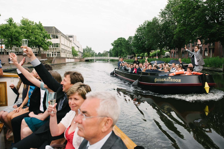 bruidsfotograaf Leiden boottocht op bruiloft
