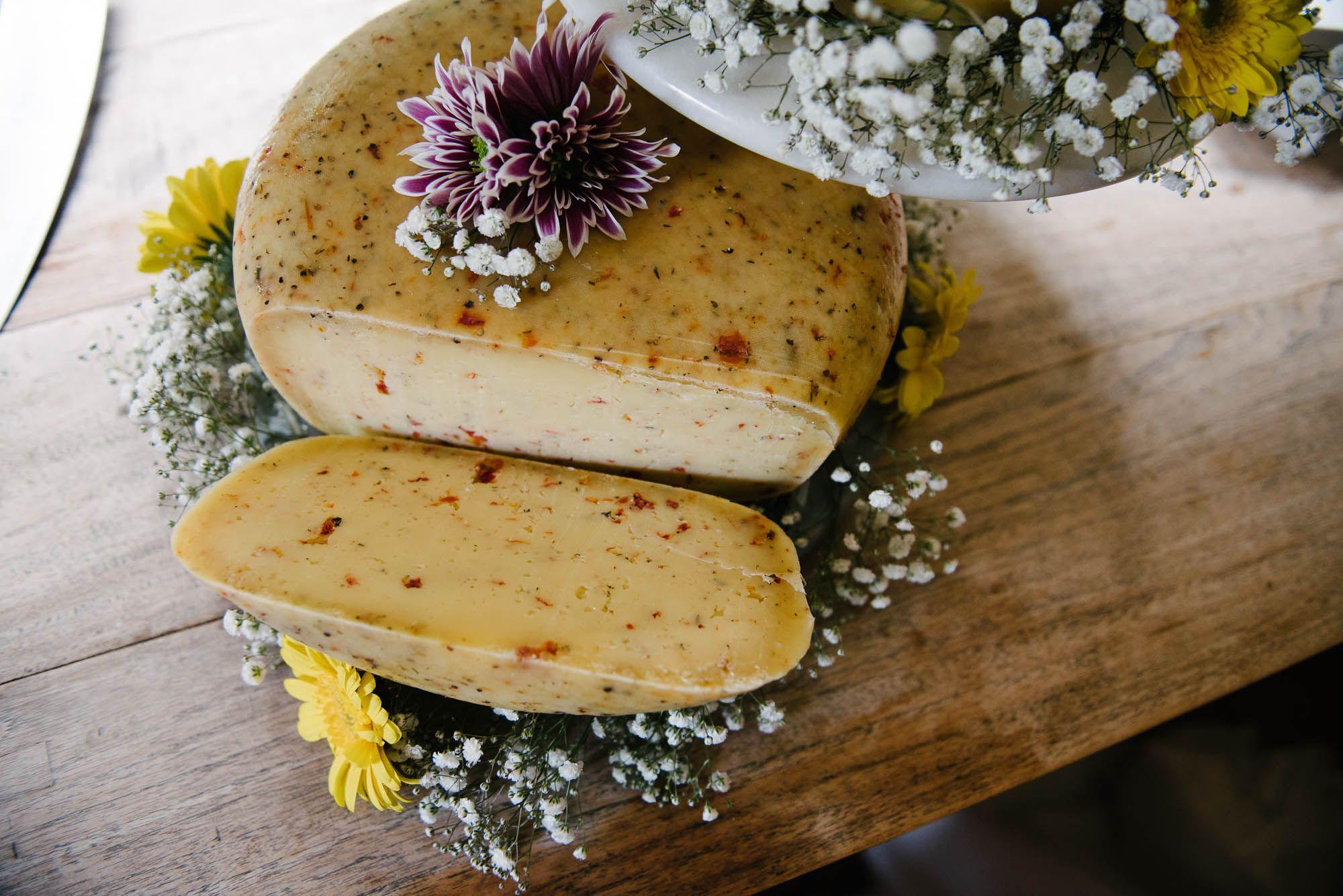 spontane natuurlijke foto's bruiloft bruidstaart van kaas