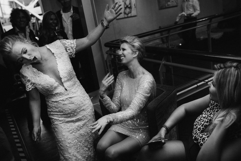 spontane fotos bruiloft Amsterdam feest