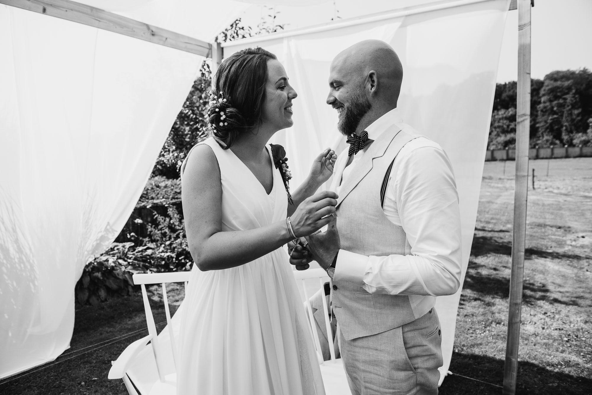 buitenbruiloft tent weiland bruidsfotograaf journalistiek
