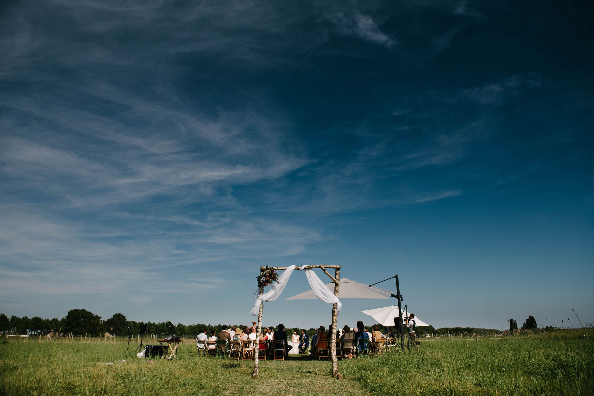 trouwen in een weiland buitenbruiloft