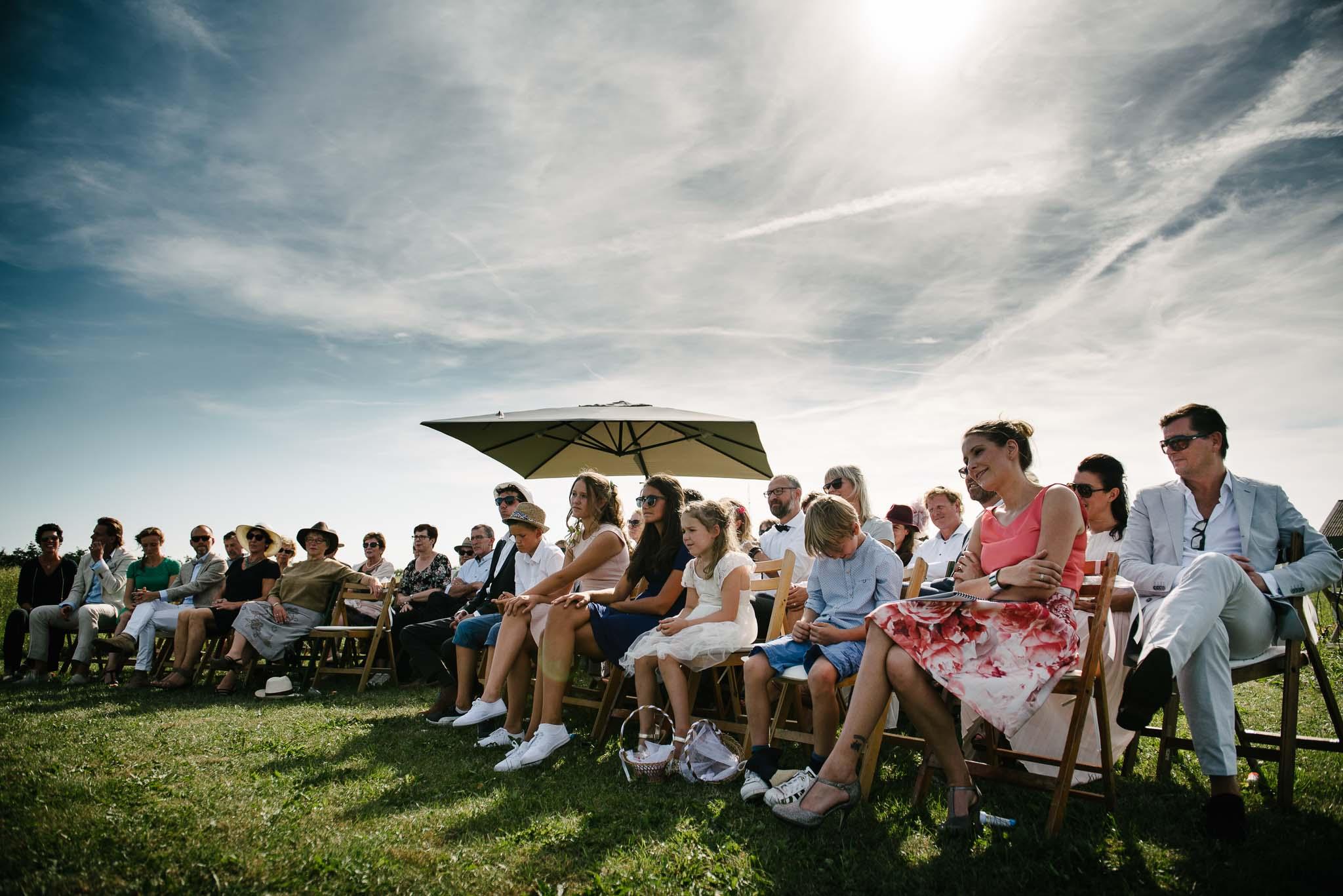 trouwen in een weiland buitenbruiloft bruidsfotograaf