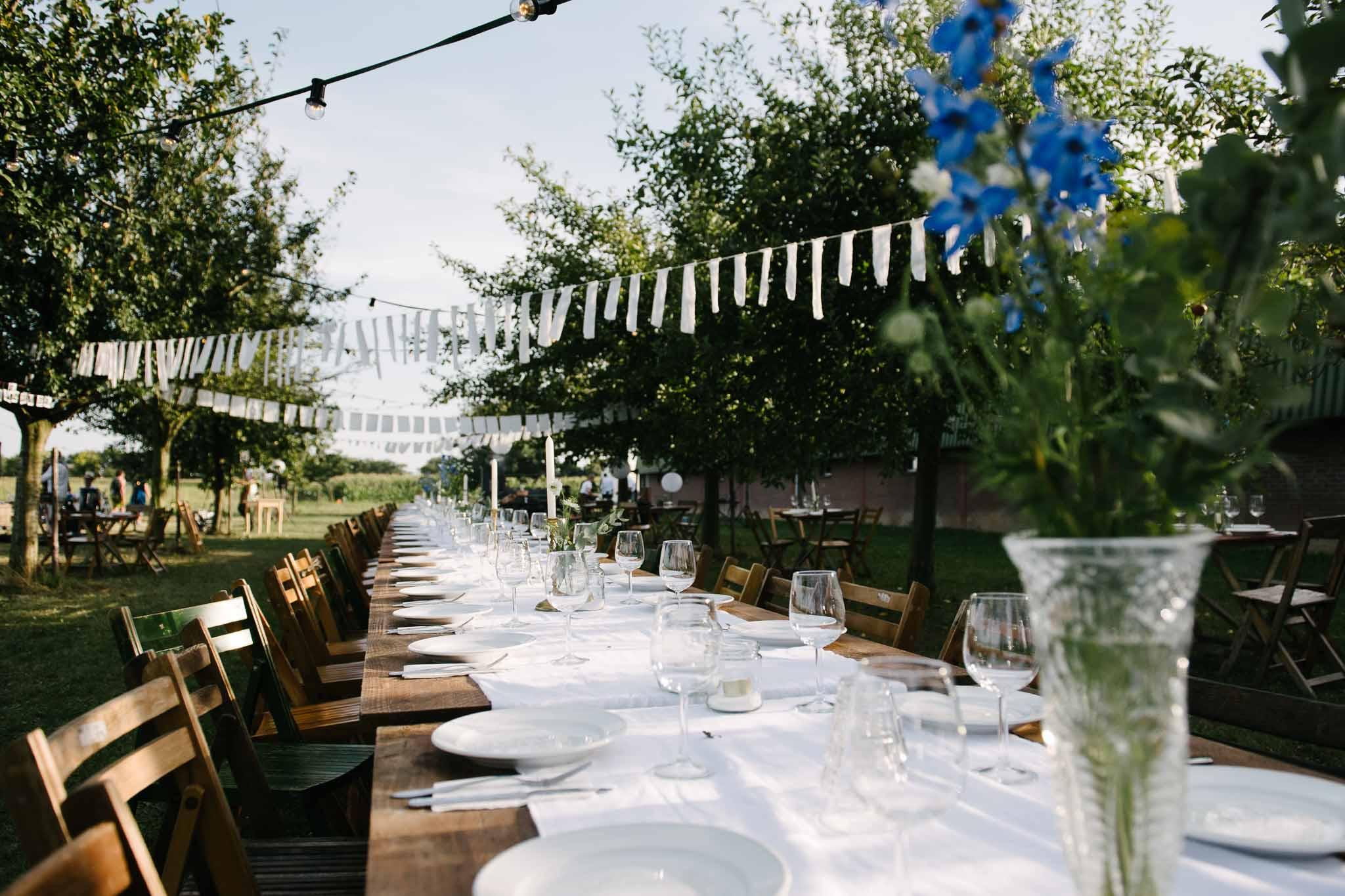 eten buiten lange tafels bruiloft italiaanse stijl tafeldecoratie