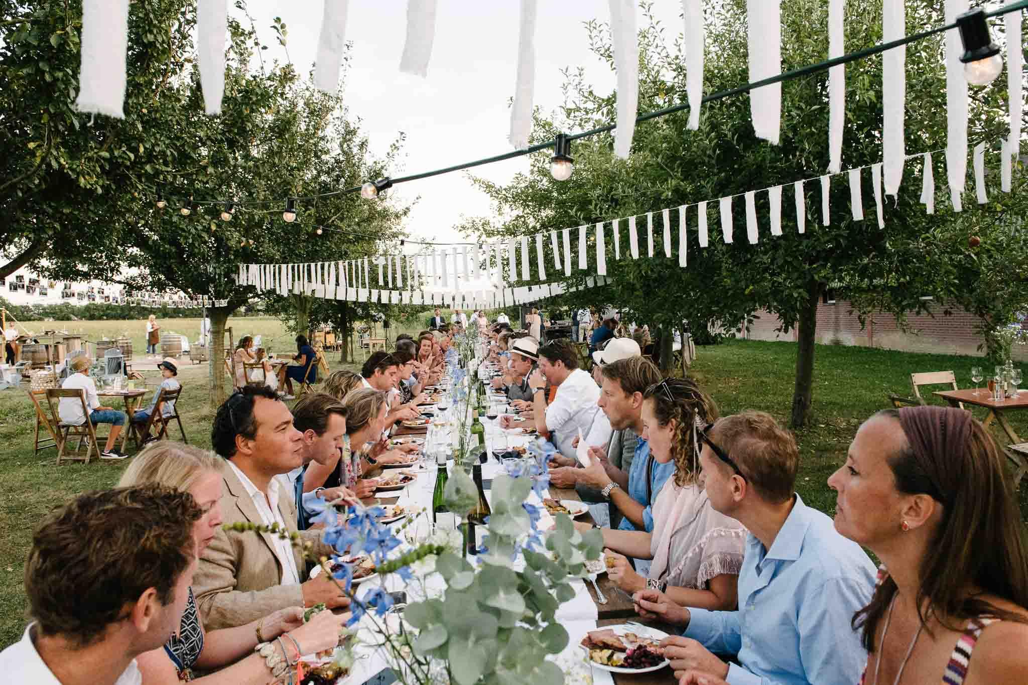 eten buiten lange tafels bruiloft italiaanse stijl