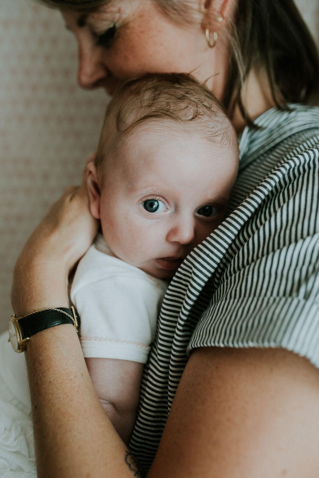 ongeposeerde fotoshoot met newborn baby