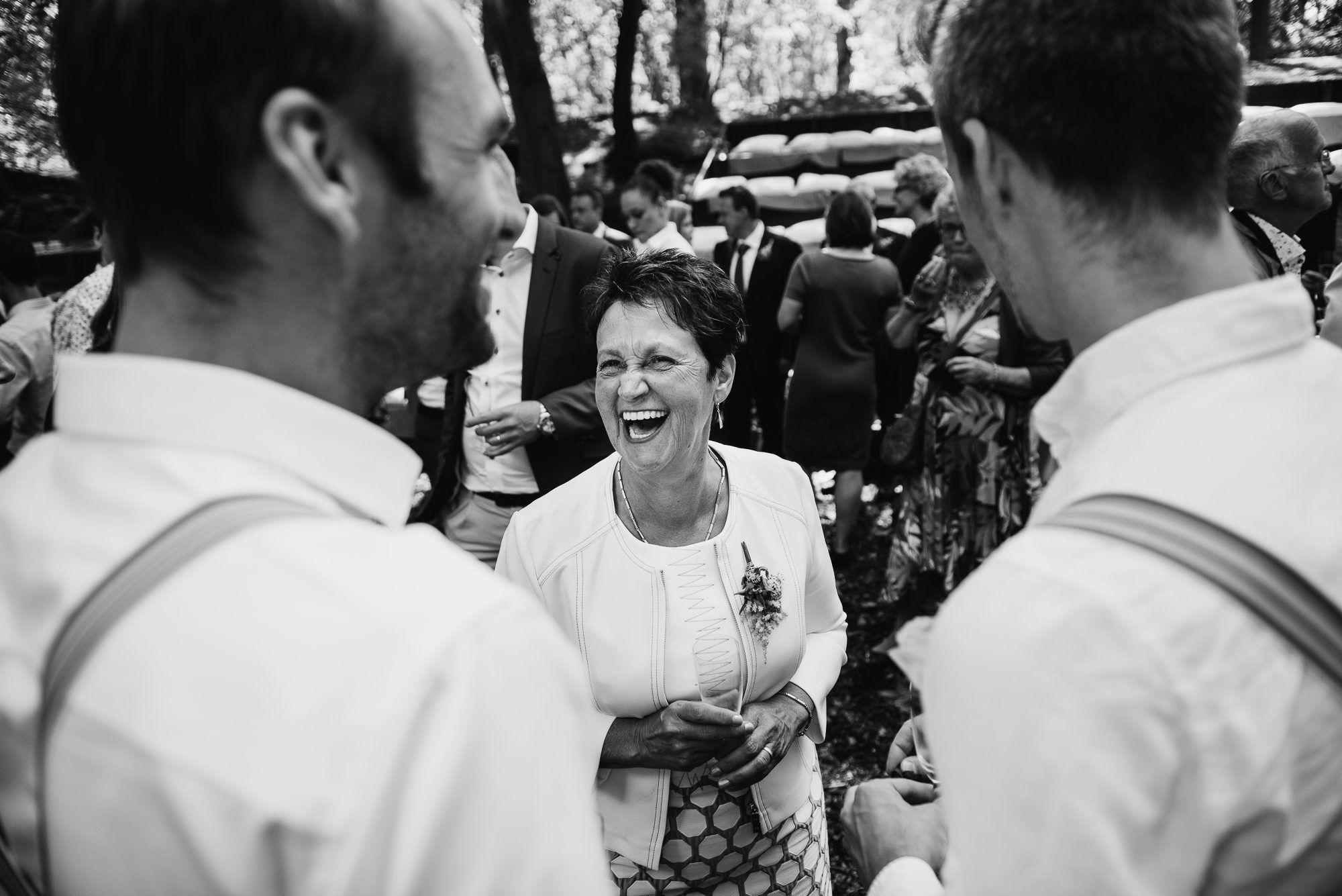 journalistieke foto's bruiloft bos