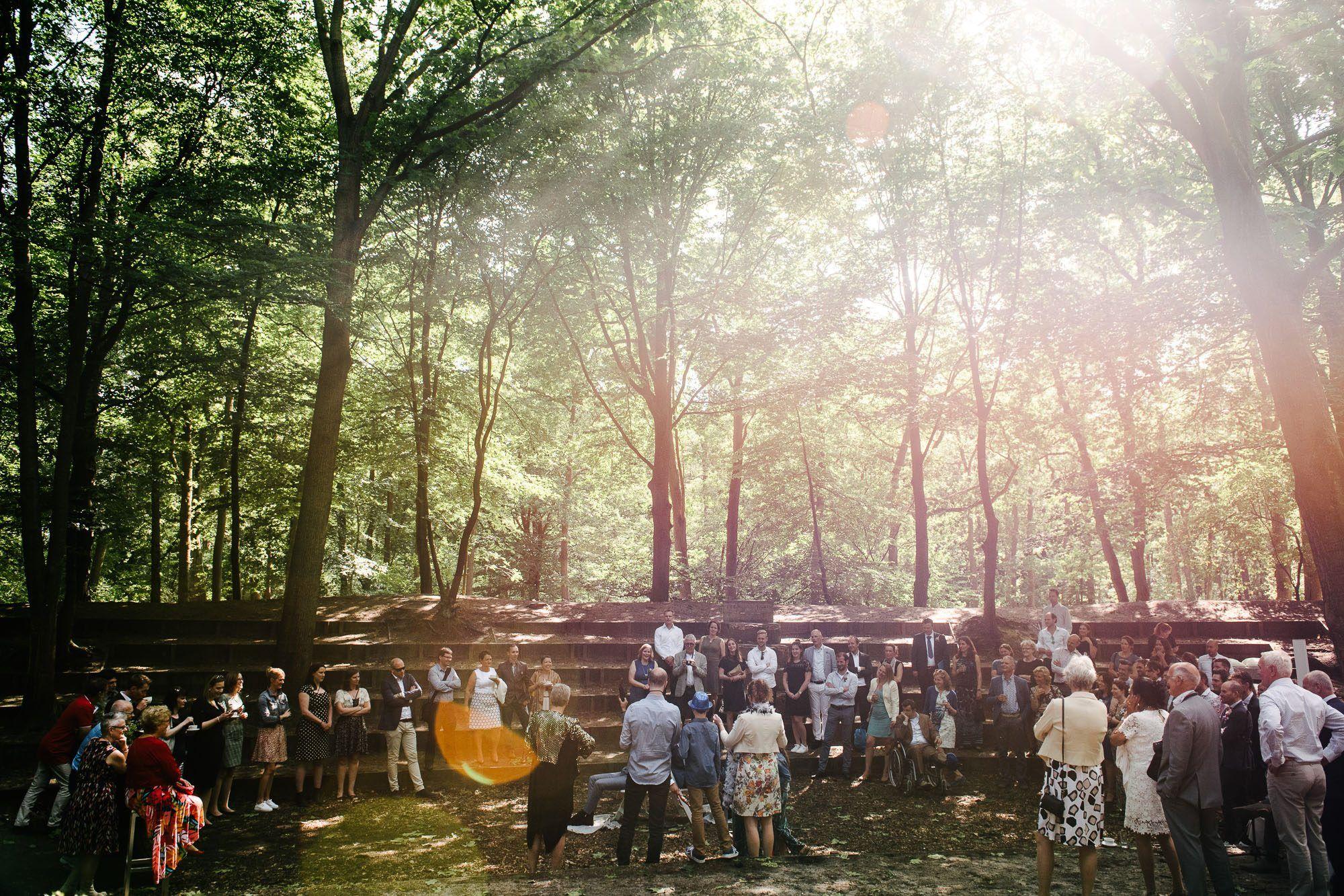trouwen buiten in het bos