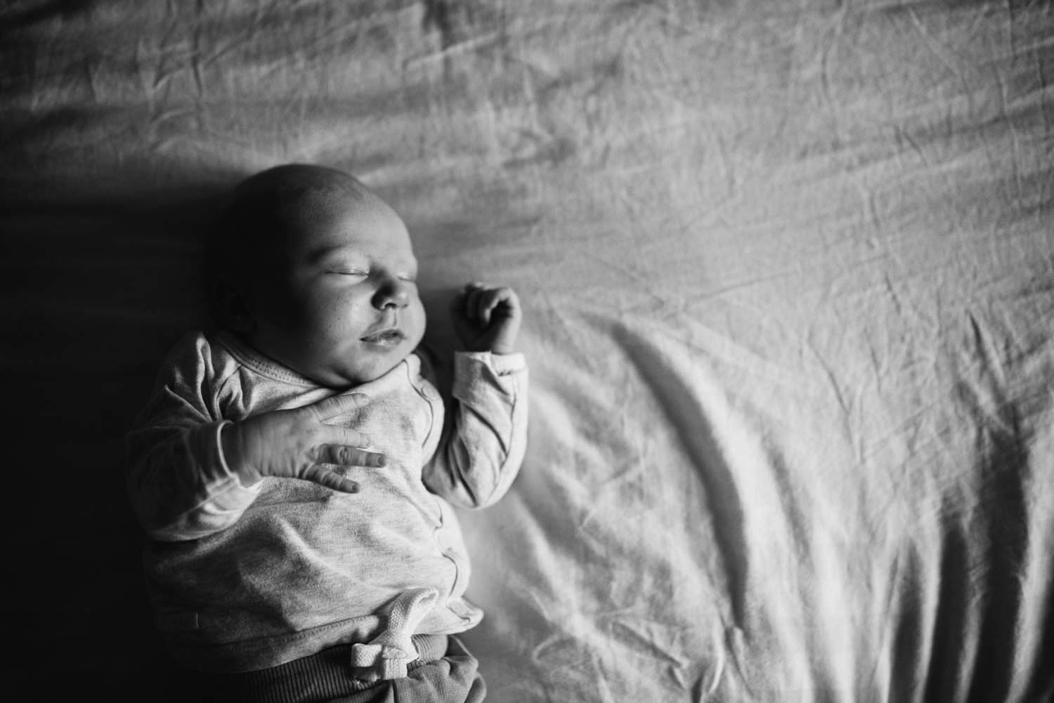 lifestyle newborn fotoshoot thuis in Rosmalen