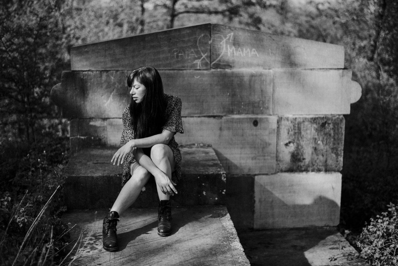 stoer vrouwenportret buitenlocatie