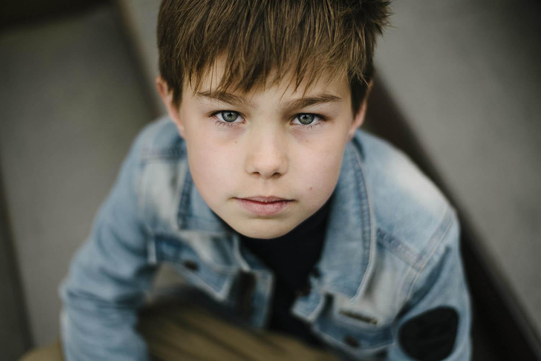 kinderportret-jongen-stoer